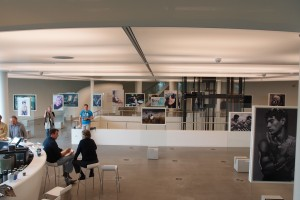 Onderste laag van de Wolk met een ronde bar, de fotoexpositie van Pieter Henket en de vide van het het atrium met nieuwe lift.