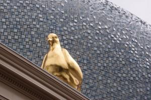 De duif van Marte Röling met op de achtergrond de Wolk van Hubert-Jan Henket