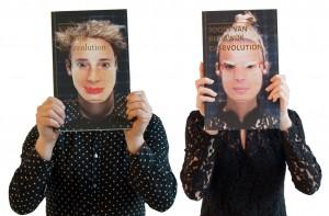 Joost en Kiki met kaft van het boek Co-evolution