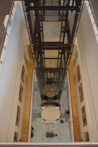 Blik vanaf hoogste verdieping naar balie op de begane grond