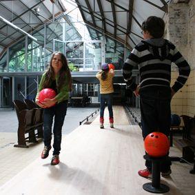 Spannend contrast met de ruwe omgeving is de glanzende bowlingbaan die Treffers tweedehands op de kop tikte