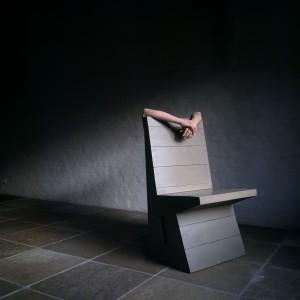 De architectuur en meubels van Hans van der Laan inspireerden Sarah Van Marcke tot het maken van een serie foto's Rites are in time, what home is in space (2013) die deze zomer in Brussel werden geëxposeerd. De titel van deze foto is Portrait of Hans van der Laan III • Foto Sarah Van Marcke.