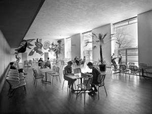 Restaurant Stedelijk Museum Amsterdam met stoelen Gebr. Jonkers 550 en 568, eind jaren vijftig