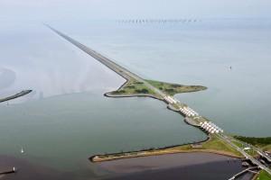 De Afsluitdijk als vernieuwd waterbouwkundig icoon van de 21ste eeuw. Foto: Rijkswaterstaat ‐ Joop van Houdt. Beeldbewerking: Architectenbureau Paul de Ruiter