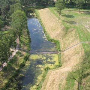 Loopgraafbrug in de gracht bij Fort de Roovere, een ontwerp van RO&AD architecten, onderdeel van West Brabantse Waterlinie. De brug ligt verdiept in het water omdat het oneigenlijk is om een brug te maken over een gracht van een fort, zeker aan de kant vanwaar de vijand werd verwacht • Foto RO&AD architecten.
