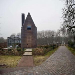 Op Fort Blauwkapel bij Utrecht, in de 19e eeuw gebouwd rond het dorpje Blauwkapel, worden de laatste jaren weer nieuwe woningen gebouwd. Dit houten 'schootshuis' is ontworpen door Gent en Monk architecten en verwijst naar de houten huizen die in het schootsveld van forten werden gebouwd. • Foto Peter Cuypers.