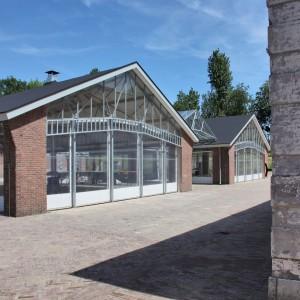 Fort Wierickerschans bij Bodegraven wordt nu gebruikt voor evenementen, bij twee opslagloodsen uit de jaren vijftig zijn de buitengevels grotendeels verwijderd en is tussen de gebouwen een glazen kap als verbinding geplaatst, ontwerp en foto Ben Kraan architecten.