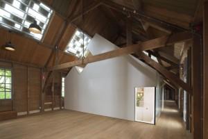 Kunstfort Asperen is al sinds 1986 geopend voor publiek, maar was vanwege de vleermuizenkolonies een groot deel van het jaar gesloten. Sinds 2013 kun je er het hele jaar terecht in de duurzaam gerenoveerde en uitgebreide wapenloods, een ontwerp van Bureau SLA. • Foto Frank Hanswijk.