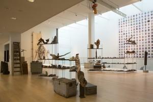 De verzameling gevonden objecten van Hans Goslinga en de pixelwand met 255 game characters van Pixelkaiju - Foto Ep de Ruiter