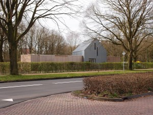De houten vleugels staan parallel aan de Grootstalselaan. De landgoedwinkel in de linkervleugel opende in 2013 haar roldeur.