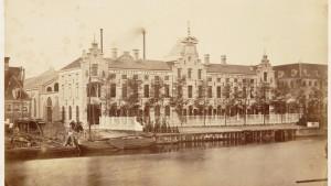 Foto oude situatie 1880, op de voorgrond de Nieuwe Vaart