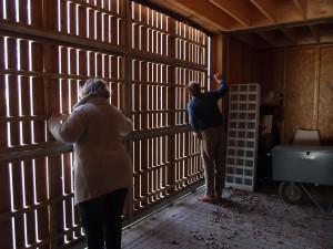 Kien van Hövell en Bob Meltzer schuiven de roldeur van de winkel open.