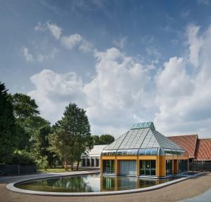 Noorderbegraafplaats Amsterdam. De aula is opgebouwd uit hout en glas. Ontwerp dok architecten met Herman Zeinstra en Gianni Cito. Foto Thijs Wolzak / Moke.