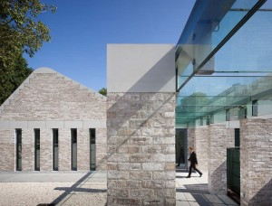 Met glas overdekte colonnades verbinden de verschillende bouwvolumes op de Noorderbegraafplaats Amsterdam, ontwerp dok architecten met Herman Zeinstra en Gianni Cito. Foto Thijs Wolzak / Moke. Foto's