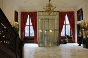 De liftschacht oogt als een glazen tochtportaal, hier gaat de marmeren vloer omhoog omdat de lift stijgt. Foto Henk Wind