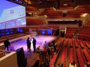 Grote zaal, in het midden hurkt Herman Hertzberger. Foto Jacqueline Knudsen.