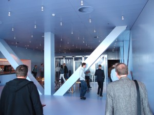 Foyer Cross Overzaal (NL Architects) met achterin rookruimte. Foto Jacqueline Knudsen.