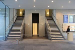 Trappen en lift vanuit de entreehal naar het Mauritshuis, nivo -1. Foto Henk Wind