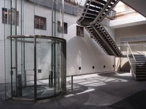 Souterain onder het entreeplein met lift en trap. Foto Jacqueline Knudsen.