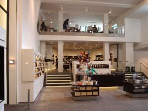 De entreehal loopt door in de museumwinkel en daarboven de brasserie, op nivo -1 en 0 van het pand Plein 26. Foto Jacqueline Knudsen.