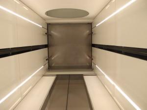 In de lift: zicht op onderzijde marmeren vloer, die op stalen pootjes staat. Foto Jacqueline Knudsen. .