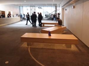 Drie robuuste banken in de entreehal staan vast maar kunnen wel een kwartslag draaien. Foto Jacqueline Knudsen.