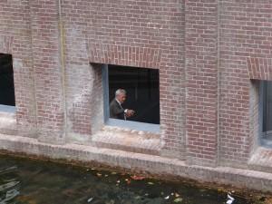 Hans van Heeswijk, achter een van de glasloze vensters aan het water. Foto Jacqueline Knudsen.