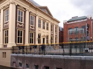 Mauritshuis met voorplein, rechts in rode baksteen Plein 26, daarvoor de glazen lift. Foto Jacqueline Knudsen.