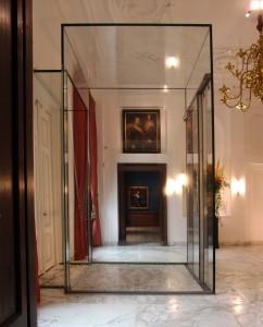 Lift op de bel etage van het Mauritshuis, door de ruime afmertingen kunnen er grote schilderijen door en is het doorzicht behouden. Foto Jacqueline Knudsen.