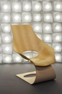 5. Fauteuil van Tadao Ando voor de Deense stoelenfabrikant Carl Hansen & Sons; op de achtergrond een lichtsculptuur, eveneens naar ontwerp van Ando, voor de Italiaanse kristalproducent Venini.