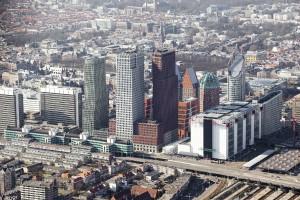 Het nieuwe centrum van Den Haag vanuit het oosten, met de drie hoogste torens van Rapp+Rapp en Kollhoff. Foto: De Jong Luchtfotografie