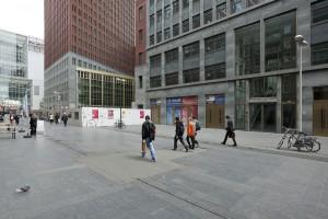De voetgangersroute van centrum naar Centraal Station is verbreed door voorpleinen. Foto: Christian van der Kooy