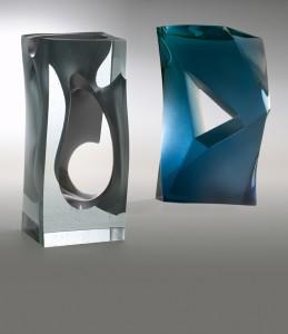 Twee recente glassculpturen van Han de Kluijver: Zichtbaar maken en Het stoffelijk overschot van een idee.