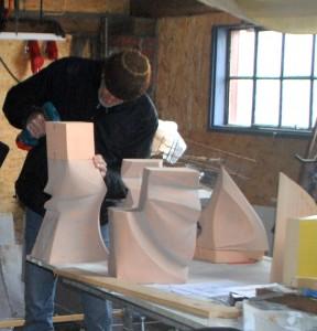 Han de Kluijver maakt een model in zijn atelier.