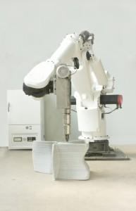 Ontwerper Dirk van der Kooij print in 20 minuten met een afgedankte omgebouwde robotarm een Endless Chair van lange draden hergebruikt kunststof.