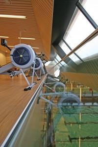 Ook vanuit de fitnessruimte ziet men het zwembassin.