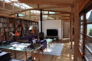 Atelier met zithoek en zonlicht van twee kanten. Foto: Jacqueline Knudsen