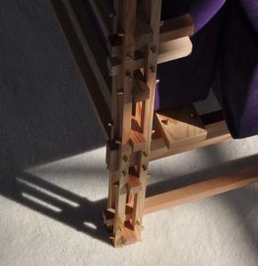 Houten elementen met bout- en moerverbindingen in de poot van een fauteuil: een combinatie van open en gesloten, van room en space. Foto: Jacqueline Knudsen