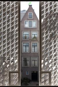 Zicht vanuit de woning tussen de schuifpanelen door. Foto: Hans Peter Föllmi
