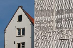 In de nauwe stegen zijn veel historische gevels wit. Damast daarom ook. Foto: Hans Peter Föllmi