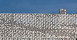 De schoorsteen op het dakterras is bekleed met hetzelfde materiaal als de gevel. Foto: Hans Peter Föllmi