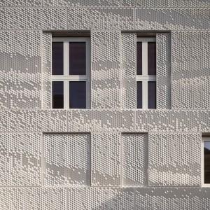 Panelen voor ramen en deuren schuiven langs een onzichtbare rail open. Foto: Hans Peter Föllmi