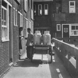 In menig boek over Nederlandse architectuur staat een foto van een leverancier op de bovenstraat in het Justus van Effencomplex.