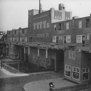 Het badhuis diende als gemeenschappelijke voorziening voor alle bewoners van het complex, foto uit 1924.