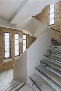 De twee oorspronkelijke trappenhuizen zijn helemaal gestript waardoor er een ruwe elementaire basis rest. Foto: Rob Hoekstra
