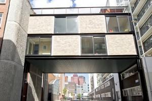 De architectuur knipoogt vooral naar de zestiger jaren met zijn zakelijke bakstenenmix en duidelijk aanwezige stalen profielen en betonbanden.