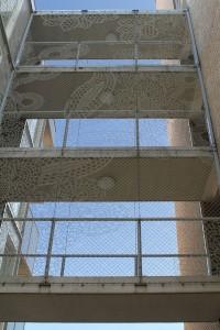 In de toegangspoorten tot de hoven is het gaashekwerk ontworpen door Demakersvan toegepast.  Foto: Peter Visser