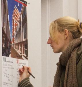 Tentoonstelling bij de Smaaktest in Haarlem, waar bezoekers hun mening over de diverse getoonde gebouwen kon opschrijven. Foto: Hans Peter Föllmi