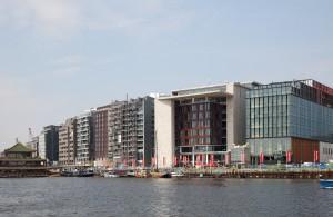 Waterfront centrumzijde Oosterdokseiland met geheel rechts de Openbare Bibliotheek Amsterdam en het Amsterdams Conservatorium.  Foto: Sjaak Henselmans