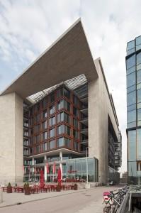 De smalle steeg tussen de OBA en het Amsterdams Conservatorium onttrekt deze gevel bijna geheel aan het zicht. Foto: Sjaak Henselmans